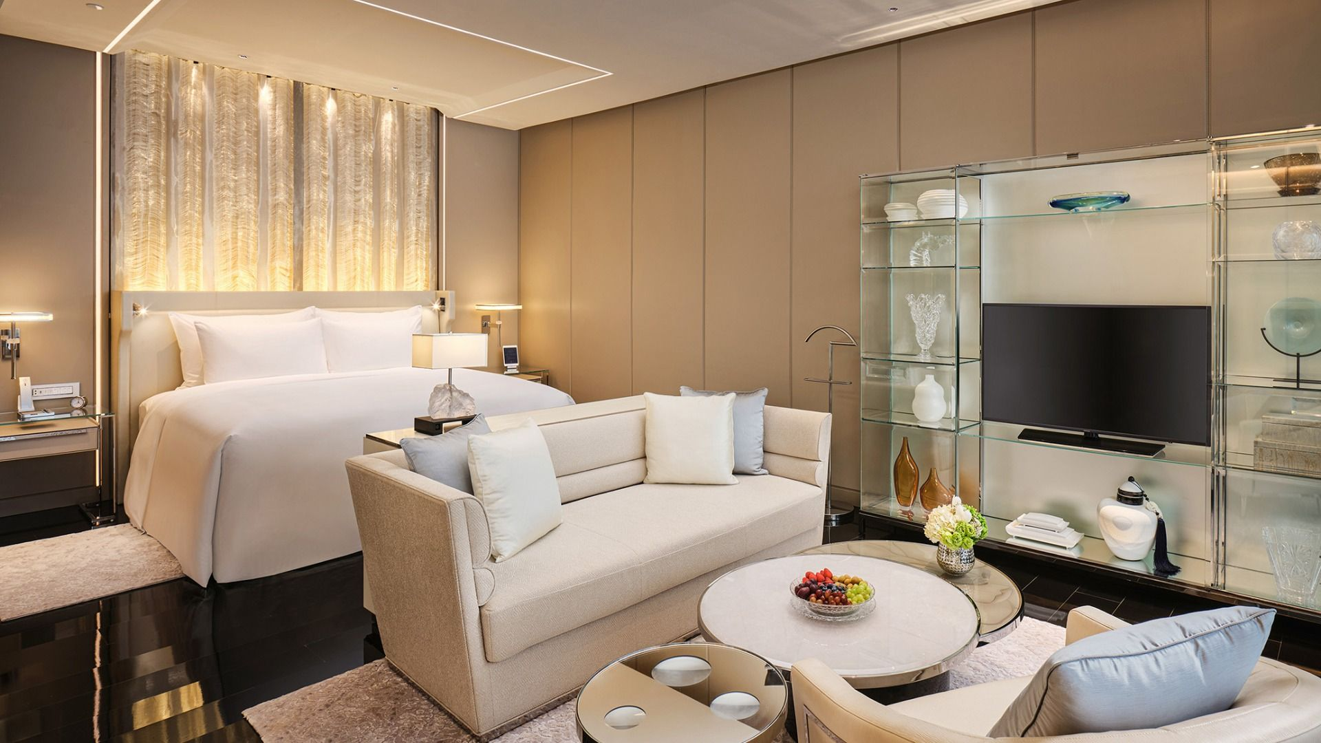 The contemporary stateroom at J Hotel Shanghai Tower features modern, sleek decor.