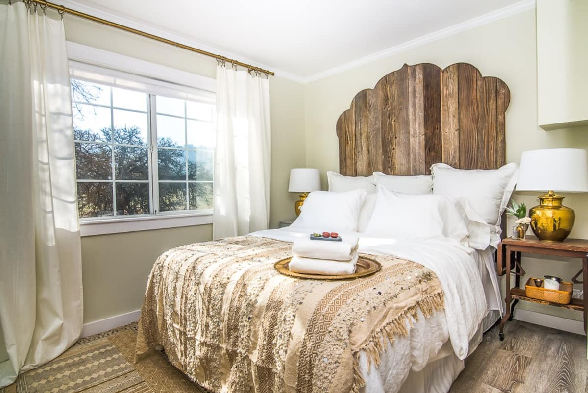 Queen bed cottage at Vintage Ranch